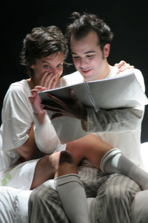 Renata Hardy and Gabriel Gorosito in the Pausa Companhia production of Scripted. (São Paulo, Brazil)